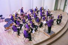 Orquestra da tentativa na casa da cultura Instrumentos e povos de sopro Foto 2019 do curso imagem de stock