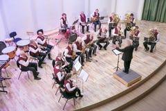 Orquestra da tentativa na casa da cultura Instrumentos e povos de sopro Foto 2019 do curso imagem de stock royalty free