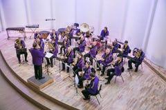 Orquestra da tentativa na casa da cultura Instrumentos e povos de sopro Foto 2019 do curso imagens de stock royalty free