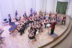 Orquestra da tentativa na casa da cultura Instrumentos e povos de sopro Foto 2019 do curso fotos de stock royalty free