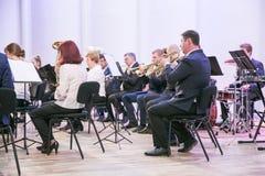 Orquestra da tentativa na casa da cultura Instrumentos e povos de sopro Foto 2019 do curso fotografia de stock