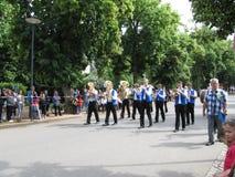 Orquestra de marcha no competitio de marcha da parada dos Majorettes Foto de Stock Royalty Free