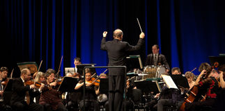 A orquestra sinfónica de MAV executa