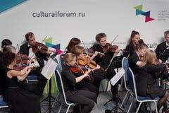 Orquestra sinfônica de St Petersburg que executa durante o fórum cultural Fotos de Stock Royalty Free