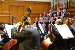 A orquestra sinfônica executa na noite da gala Imagem de Stock