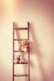 Orsacchiotti su una scala Fotografia Stock