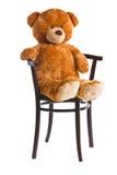 Orsacchiotto che si siede su una sedia fotografia stock libera da diritti