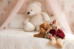 Orsacchiotto che si trova sul letto Fotografie Stock