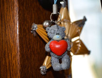 Orsacchiotto che tiene cuore Fotografie Stock Libere da Diritti