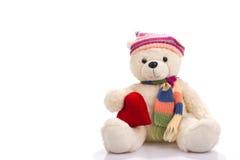 Orsacchiotto del giocattolo che si siede con il cuore del biglietto di S. Valentino Fotografie Stock