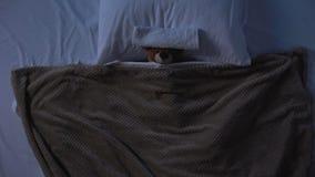Orsacchiotto del giocattolo che si trova a letto sotto la coperta con l'asciugamano sulla fronte, debolezza di febbre video d archivio
