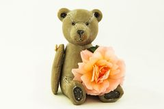 Orsacchiotto di legno con una rosa Fotografia Stock