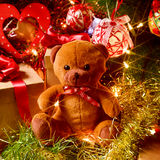 Orsacchiotto e regali sotto un albero di Natale Fotografie Stock Libere da Diritti