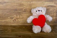 Orsacchiotto sveglio con cuore rosso Fotografia Stock Libera da Diritti