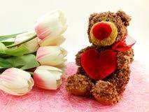 Orsacchiotto sveglio con i fiori artificiali rossi del tulipano e del cuore Fotografia Stock Libera da Diritti