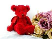 Orsacchiotto sveglio con i fiori artificiali rossi del tulipano e del cuore Immagine Stock
