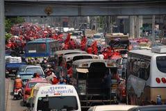 orsaker sitter fast protest samlar röd skjortatrafik Royaltyfri Foto