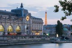 Orsay museum Musee som är d'Orsay på solnedgången, Paris, Frankrike royaltyfria bilder