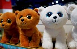 Orsi dei giocattoli per i bambini sul contatore del deposito fotografie stock libere da diritti