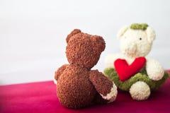 Orsi delle coppie e cuore di amore il giorno dei biglietti di S. Valentino Immagini Stock Libere da Diritti