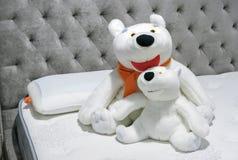 Orsi polari dei giocattoli molli nell'interno della camera da letto fotografia stock libera da diritti