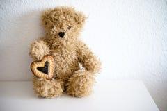 Orso con cuore colorato Stock Image