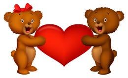 Orso del bambino delle coppie che tiene cuore rosso Fotografia Stock