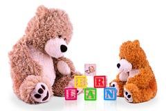 Orso del bambino e del genitore ad imparare gli alfabeti Immagini Stock Libere da Diritti