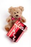 Orso dell'orsacchiotto che si siede con il regalo rosso della casella Fotografie Stock Libere da Diritti