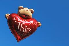 Orso dell'orsacchiotto che tiene un cuore Fotografia Stock Libera da Diritti