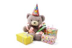 Orso dell'orsacchiotto con i favori di partito ed i contenitori di regalo Fotografie Stock