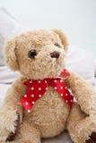 Orso dell'orsacchiotto con il nastro rosso del puntino di Polka Immagini Stock Libere da Diritti