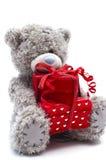 Orso dell'orsacchiotto con il presente di colore rosso isolato fotografia stock