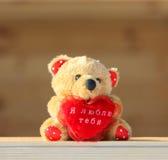 Orso dell'orsacchiotto con un cuore Fotografie Stock Libere da Diritti