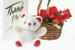 Orso dell'orsacchiotto e cestino delle rose rosse Fotografia Stock Libera da Diritti