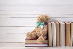 Orso della peluche con la pila di libro su un fondo di legno Fotografia Stock Libera da Diritti