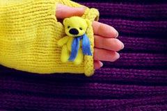 Orso di giallo del giocattolo a disposizione Fotografia Stock Libera da Diritti