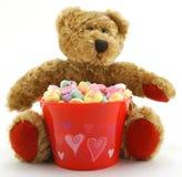 Orso di giorno del biglietto di S. Valentino con i cuori della caramella Fotografia Stock Libera da Diritti
