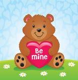 Orso di giorno di biglietti di S. Valentino che tiene un cuore Immagini Stock