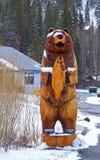 Orso di legno in neve immagini stock