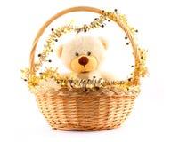 Orso di orsacchiotto bianco in un cestino Fotografie Stock