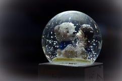 orso e ragazza in di Music Box su fondo nero Fotografie Stock