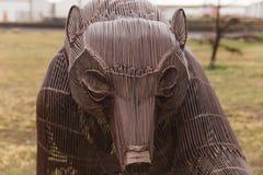 Orso grigio del metallo in parco pubblico Immagine Stock