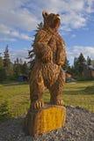Orso marrone d'Alasca intagliato di legno immagine stock libera da diritti