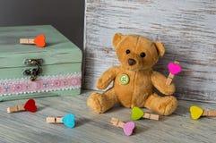 Orso molle del giocattolo con dei i giocattoli colorati multi Cartolina d'auguri festiva per il giorno del ` s del biglietto di S Immagine Stock Libera da Diritti