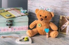 Orso molle del giocattolo con un arco e un cuore blu Giorno del `s del biglietto di S Fotografia Stock Libera da Diritti