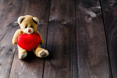 Orso sveglio del giocattolo con cuore rosso Immagine Stock Libera da Diritti
