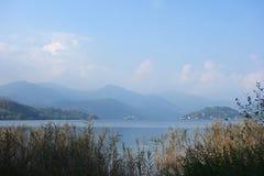 Orta湖山麓意大利 免版税库存照片