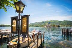 Orta łodzi jeziorni doki i lamppost z rozkładami zajęć San Giulio wyspa Obrazy Stock