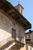 Orta San Giulio, Italien am 2. Juni 2017 nah oben auf der Fassade auf einem alten verzierten Gebäude lizenzfreies stockbild
